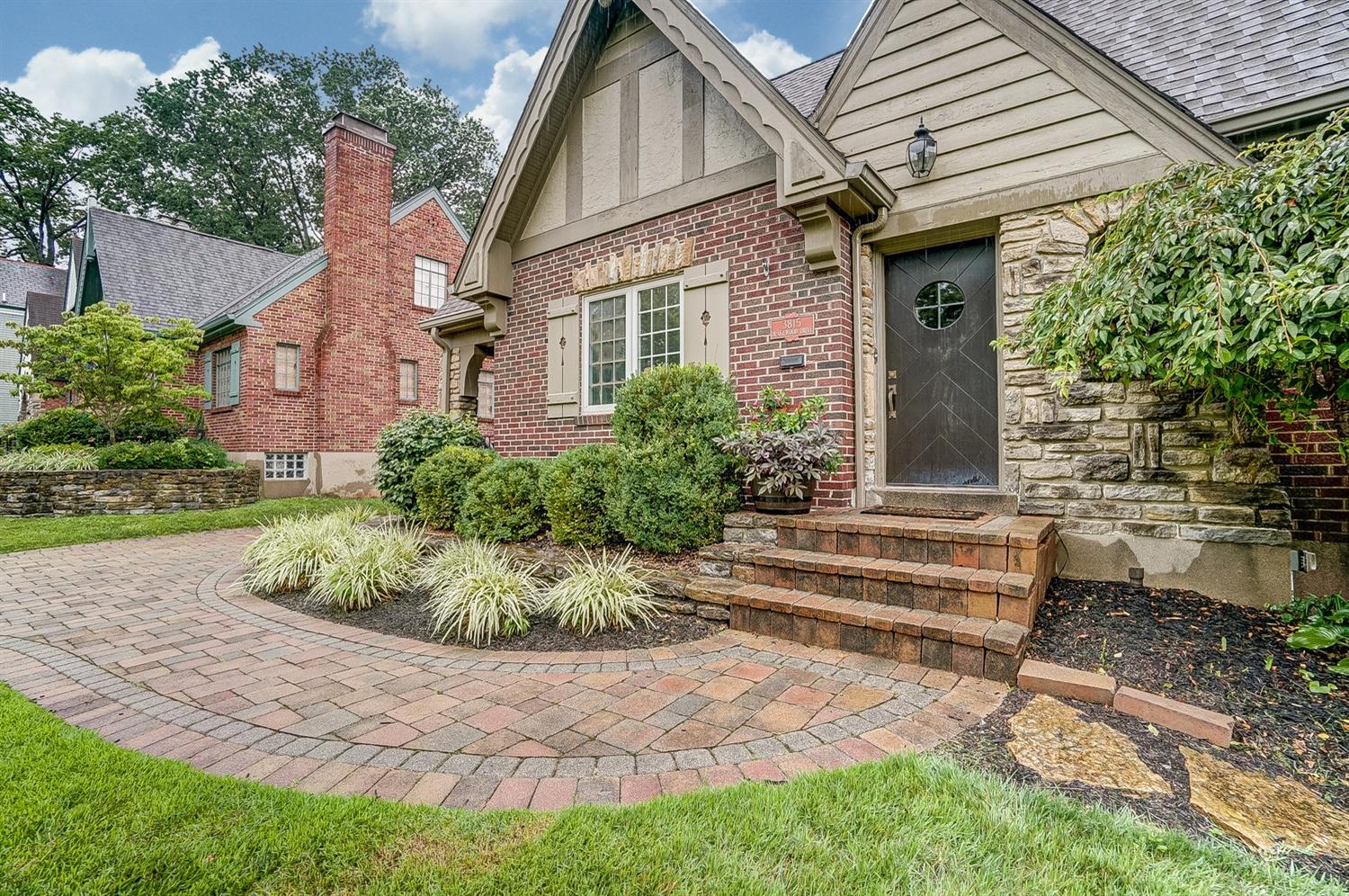 Photo 2 for 3815 Drakewood Dr Oakley, OH 45209