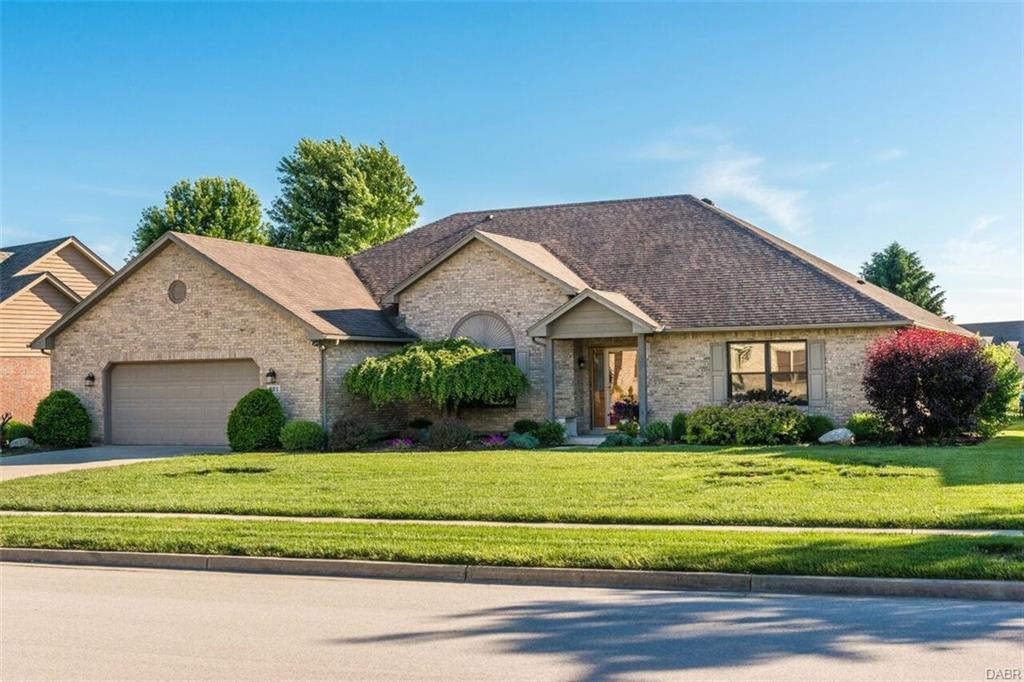 221 Old Carriage Dr Englewood, OH